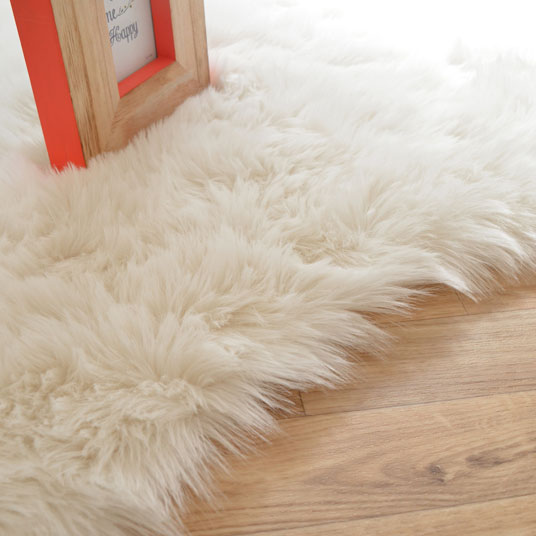 tapis peau de b te imitation ours blanc tapis shaggy et velours. Black Bedroom Furniture Sets. Home Design Ideas