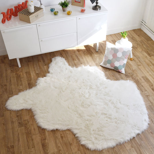 tapis peau de b te imitation ours blanc tapis shaggy et velours. Black Bedroom Furniture Sets. Home Design Ideas