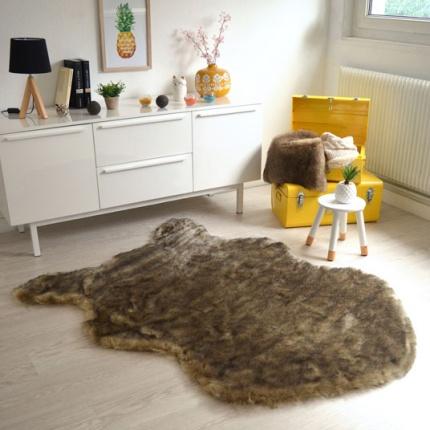 tapis peau de b te fausse fourrure brun tous les tapis d co. Black Bedroom Furniture Sets. Home Design Ideas
