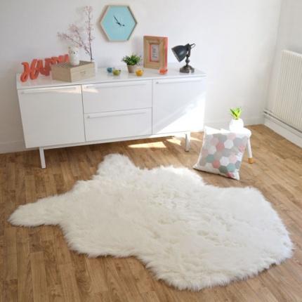tapis peau de b te imitation ours blanc tapis shaggy. Black Bedroom Furniture Sets. Home Design Ideas