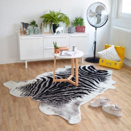 tapis peau de b te imitation z bre design tous les. Black Bedroom Furniture Sets. Home Design Ideas